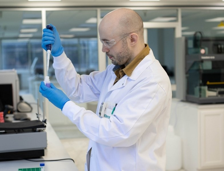 TruDiagnostic lab tech performing DNA extraction and methylation analysis
